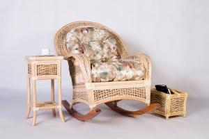 Крісло-гойдалка зі столиком і газетницею Шале CRUZO натуральний ротанг / банановий лист, медовий, kk0002