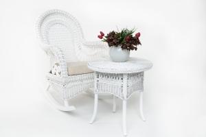 Кресло-качалка с приставным столиком CRUZO Виктория натуральный ротанг белый kk0014v